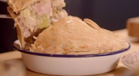 Si and Dave served up a creamy turkey pie made with leeks, tarragon and homemade pastry for Gloria Hunniford on The Hairy Bikers Home for Christmas. The ingredients for the...