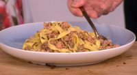 Gino served up a easy to make midweek meal with fresh tagliatelle, Italian sausages, leeks, white wine, rosemary and porcini mushrooms on This Morning. The ingredients are: 400g Italian Sausages...