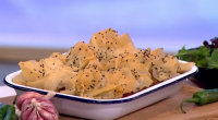 Tom Kerridge served up a tasty low calorie spicy pork samosa pie on This Morning. The ingredients are: 1kg lean pork mince (5% fat), 1 tbsp light olive oil, 2...