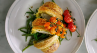Jamie Oliver serves up flaky pastry pesto chicken with all butter puff pastry, roasted cherry vine tomatoes and green beans on Jamie's Quick & Easy Food. Jamie make his dish...