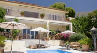Peter Stringfellow showcased his Spanish house and home on Through The Keyhole with Keith lemon. The famous nightclub owner allowed Lemon to dance on his dinning room table and lick […]